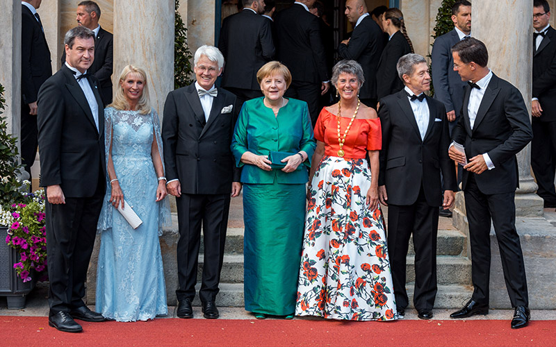 Markus Söder mit Ehefrau Karin, Thomas Erbe, Bundeskanzlerin Angela Merkel, Brigitte Merk-Erbe, Joachim Sauer und der niederländische Ministerpräsident Mark Rutte bei der Premiere der Festspiele 2018